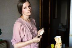 Młoda dziewczyna robi pasties od ciasta zdjęcie stock