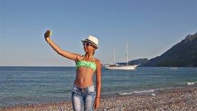 Młoda dziewczyna robi selfie na plaży morze śródziemnomorskie zbiory wideo