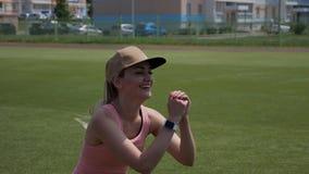 Młoda dziewczyna robi sprawności fizycznej ćwiczeniu przy stadium outdoors Zdrowy, sport i sprawność fizyczna pojęcie, zbiory wideo