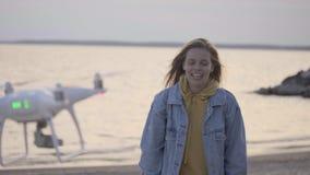 Młoda dziewczyna robi wideo na plażowym używa trutniu zdjęcie wideo