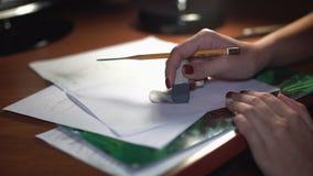 Młoda dziewczyna rysuje z ołówkiem, robić kreśli i kontury Zakończenie zbiory wideo