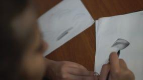 Młoda dziewczyna rysuje z ołówkiem, robić kreśli i kontury Zakończenie zdjęcie wideo