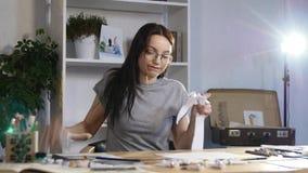 Młoda dziewczyna rzutów i przerw papier zdjęcie wideo