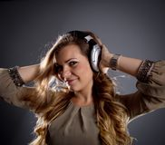 Młoda dziewczyna słucha muzyka Obrazy Royalty Free