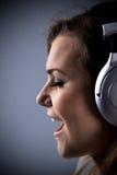 Młoda dziewczyna słucha muzyka Zdjęcie Royalty Free