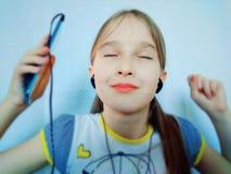Młoda dziewczyna słucha muzyka przez telefonu zdjęcia royalty free
