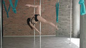 Młoda dziewczyna słupa stażowy taniec 4K zdjęcie wideo