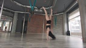Młoda dziewczyna słupa stażowy taniec 4K zbiory