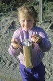 Młoda dziewczyna sprzedaje czekoladowych bary w ksiądz rzece, ID Zdjęcie Stock