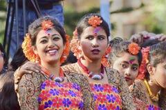Młoda dziewczyna tancerza jouful wyrażenie przy Holi festiwalem w Kolkata (wiosna) Zdjęcia Royalty Free