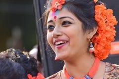 Młoda dziewczyna tancerza jouful wyrażenie przy Holi festiwalem w Kolkata (wiosna) Zdjęcia Stock
