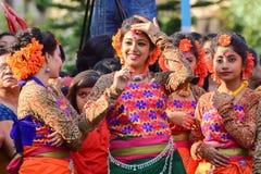 Młoda dziewczyna tancerza jouful wyrażenie przy Holi festiwalem w Kolkata (wiosna) Obraz Stock