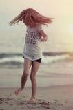 Młoda dziewczyna taniec na plaży obraz royalty free