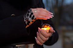 Młoda dziewczyna trzyma płonącą świeczkę Fotografia Stock