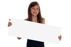 Młoda dziewczyna trzyma pustego sztandar z copyspace zdjęcia royalty free