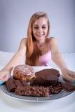 Młoda dziewczyna trzyma talerza cukierki zdjęcia stock