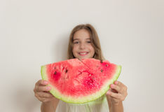 Młoda dziewczyna uśmiecha się dojrzałego arbuza i je zdrowe jeść Zdjęcie Royalty Free