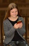 Młoda dziewczyna używa jej telefon komórkowego Fotografia Royalty Free