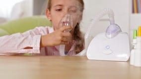 Młoda dziewczyna używa nebuliser inhalator z maską zbiory wideo