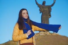 Młoda dziewczyna ubierał w Ukraińskich krajowych kolorach przeciw niebieskiemu niebu Zdjęcie Royalty Free