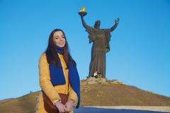Młoda dziewczyna ubierał w Ukraińskich krajowych kolorach przeciw niebieskiemu niebu Obrazy Stock