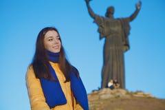 Młoda dziewczyna ubierał w Ukraińskich krajowych kolorach przeciw niebieskiemu niebu Obraz Stock