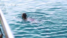 Młoda dziewczyna uczenie pływać żabkę w morzu pojęcie odizolowywający sporta biel zbiory wideo