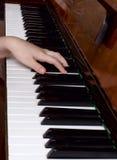 Młoda dziewczyna uczy się bawić się pianino Obraz Stock