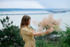 Młoda dziewczyna w żółtej sukni Zdjęcie Stock
