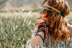 Młoda dziewczyna w białej sukni w hipisa stylowy pozować w pszenicznym polu obrazy royalty free