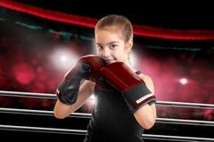 Młoda dziewczyna w bokserskich rękawiczkach zdjęcia royalty free