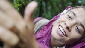 Młoda dziewczyna w dżungli zbiory wideo