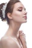 Młoda dziewczyna w delikatnym ślubnym wizerunku z diademem na jej głowie Piękny model w wizerunku panna młoda na biali odosobneni Zdjęcia Stock