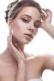 Młoda dziewczyna w delikatnym ślubnym wizerunku z diademem na jej głowie Piękny model w wizerunku panna młoda na biali odosobneni Obraz Royalty Free