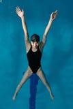 Młoda dziewczyna w gogle i nakrętki dopłynięcie w z tyłu błękitne wody basenu Sporty kobieta relaksuje w błękitne wody Zdjęcia Royalty Free