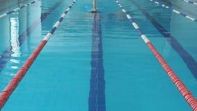 Młoda dziewczyna w gogle i nakrętki pływackim backstroke zdjęcie wideo
