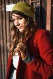 Młoda dziewczyna w jesieni mieście Obraz Royalty Free