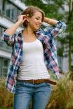 młoda dziewczyna w koszulowy ono uśmiecha się Zdjęcia Stock
