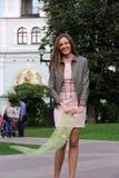 M?oda dziewczyna w menchii sukni w lecie obraz stock