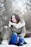 Młoda dziewczyna w parku w zimie zdjęcia royalty free