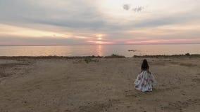 Młoda dziewczyna w pięknej sukni blisko rzeki Strzelający na trutniu zbiory