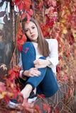 Młoda dziewczyna w pięknym jesień parku, pojęcie jesień Zdjęcia Stock