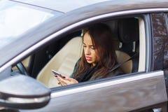 Młoda dziewczyna w popielatym samochodzie obraz royalty free