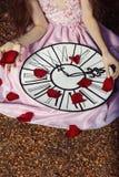 Młoda dziewczyna w różowej sukni jako Alice w krainie cudów Obraz Royalty Free