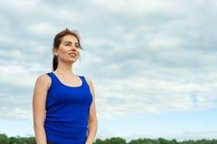Młoda dziewczyna w sportswear spojrzeniach w odległość 01 Obrazy Royalty Free