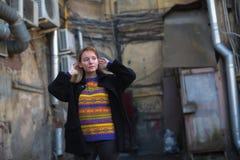 Młoda dziewczyna w St Petersburg podwórzy fotografii sesi Chodzić Obrazy Stock