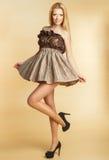 Młoda dziewczyna w sukni z pięknym makijażem Obrazy Stock