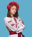 Młoda dziewczyna w Ukraińskim krajowym kostiumu Zdjęcia Stock