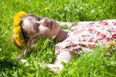 Młoda dziewczyna w wianku dandelions obrazy stock