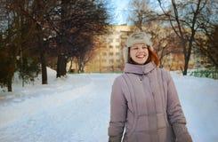 Młoda dziewczyna w zimie z szczerym szerokim uśmiechem Obrazy Stock